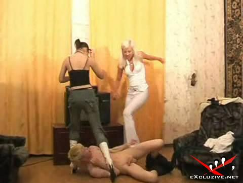 девушки издеваются над парнем фото