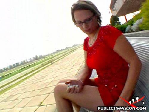 Размер файла 98 мб К девке подошли на улице и предложили секс, она согласил