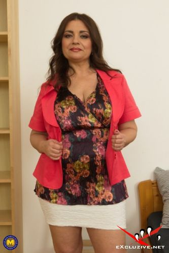 Suzzane 49 - This Curvy MILF is hot, sexy and very naughty and loves playing with her pussy (2019/FullHD)