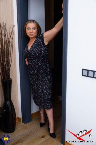 Kiara Rizzi 40 - Italian curvy temptress Kiara Rizzi playing with herself (2019/SD)